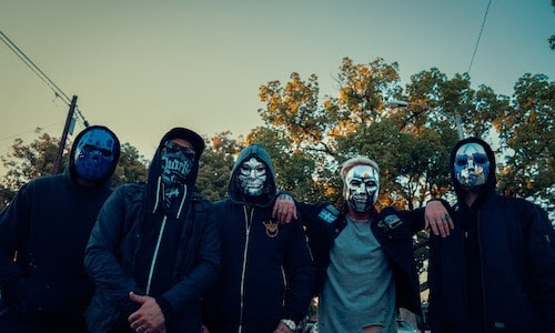 Hollywood Undead have just released 'Renegade', the third track/video from their upcoming album FIVE. Watch the new clip here: The video portrays a post-apocalyptic world where everyone fends for themselves. Power and […]