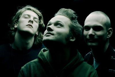 Noisia are previewing their debut LP 'Split The Atom' by offering up the first single 'Machine Gun' on April 5. The track is so-called because the band simply thought the […]