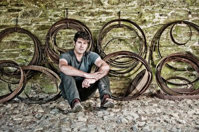 Devon folk singer/songwriter Seth Lakeman today (November 4) announced details of his upcoming album – and found himself with a broken website. The fiddle player revealed this morning that the […]