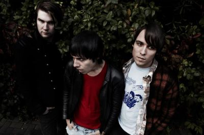 Details have emerged on the upcoming new album by The Cribs. The creative process behind 'In The Belly Of The Brazen Bull' has laid in recording and mixing on both […]